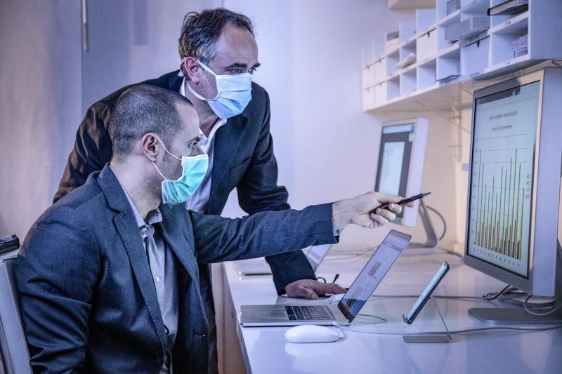 coleghi in ufficio controllano i dati in un monitor nel loro ufficio